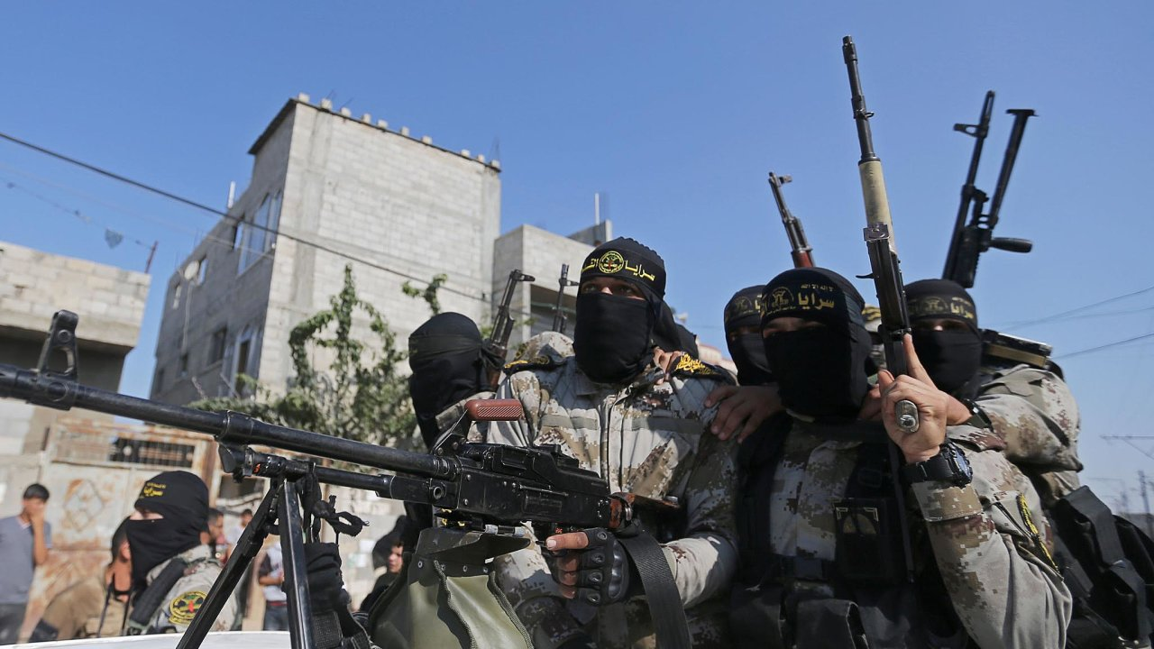 Vojenské křídlo Islámského džihádu, tzv.Jeruzalémské brigády, provedlo proti Izraeli stovky útoků. Nasnímku ozbrojenci organizace při pohřbu jednoho zesvých bojovníků.