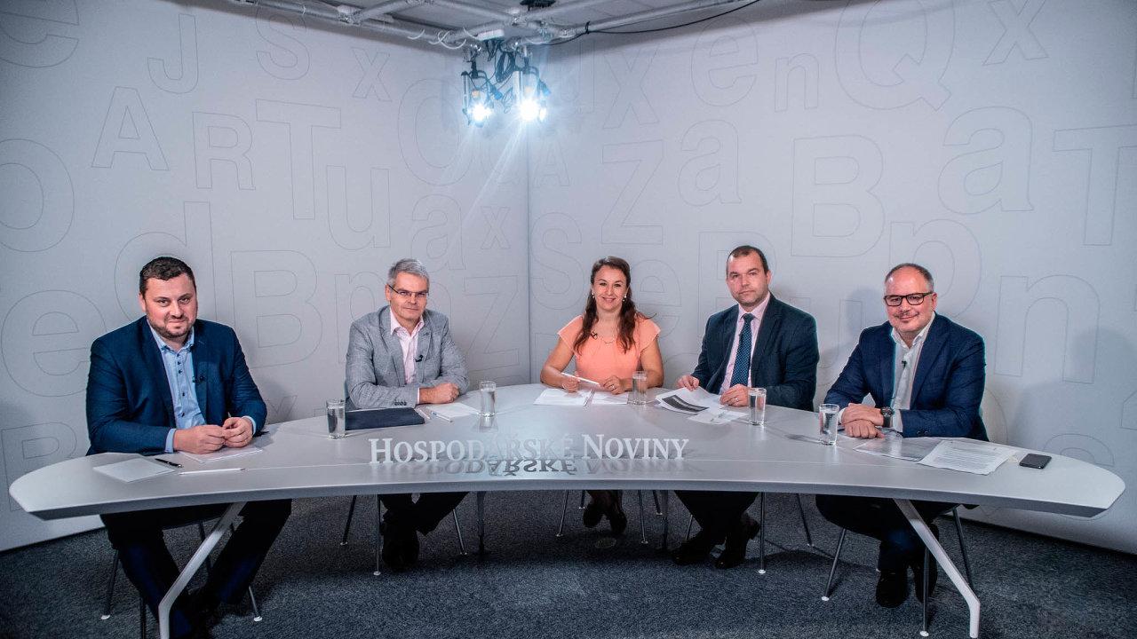 Debatovali (zleva): Libor Duba z Ondrášovka Holdingu, Luděk Jošt z firmy WTS-J, moderátorka diskuse Zuzana Keményová, Jan Maršák z MŽP a z firmy Mattoni 1873 Alessandro Pasquale.