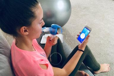 """Aplikace CF Hero pomáhá dětem a mladistvým nemocným cystickou fibrózou. Mohou si vní vytvořit svou virtuální postavu, """"vyparádit"""" ji i získávat odměny zainhalace."""