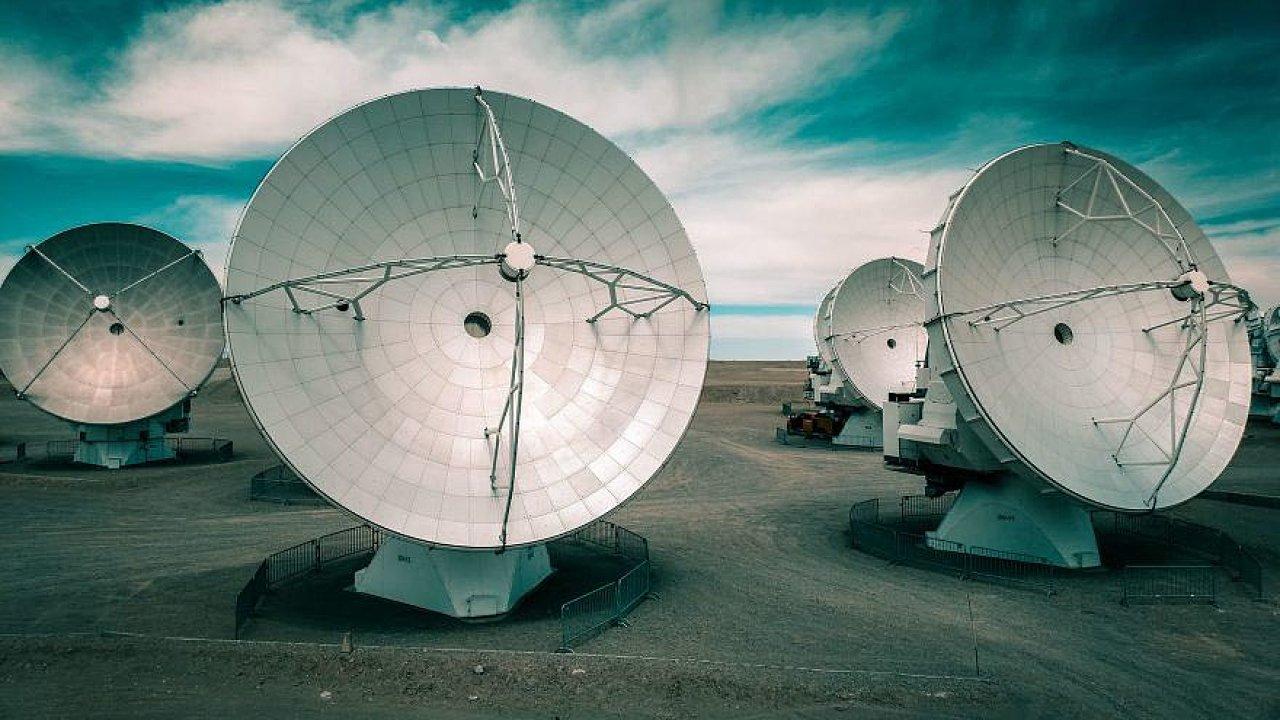 Jak ačím načernou díru. Dnes už jsou vědci schopni černé díry pozorovat, ato idíky teleskopu EHT. Ten sestává zpozemských radioteleskopů rozložených pocelé planetě.