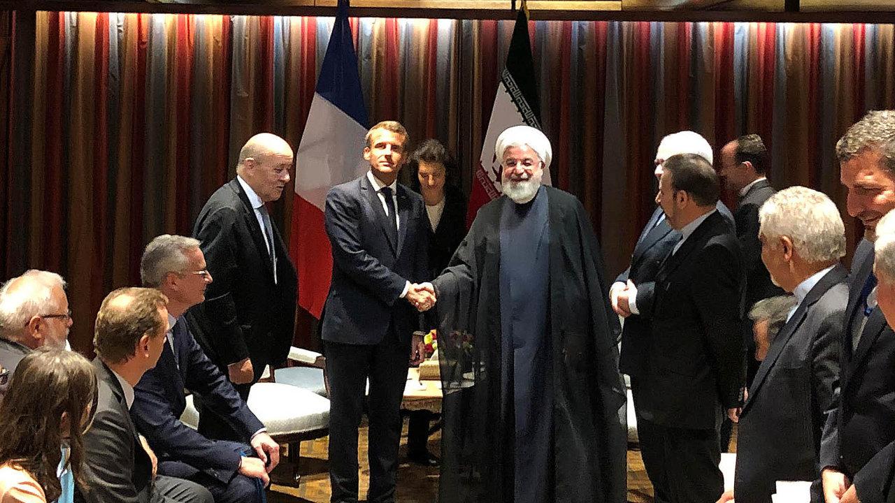 Francouzský prezident Emmanuel Macron se v září pokoušel zprostředkovat rozhovory mezi Íránem a USA. Setkal se proto s íránským prezidentem Hasanem Rúháním.