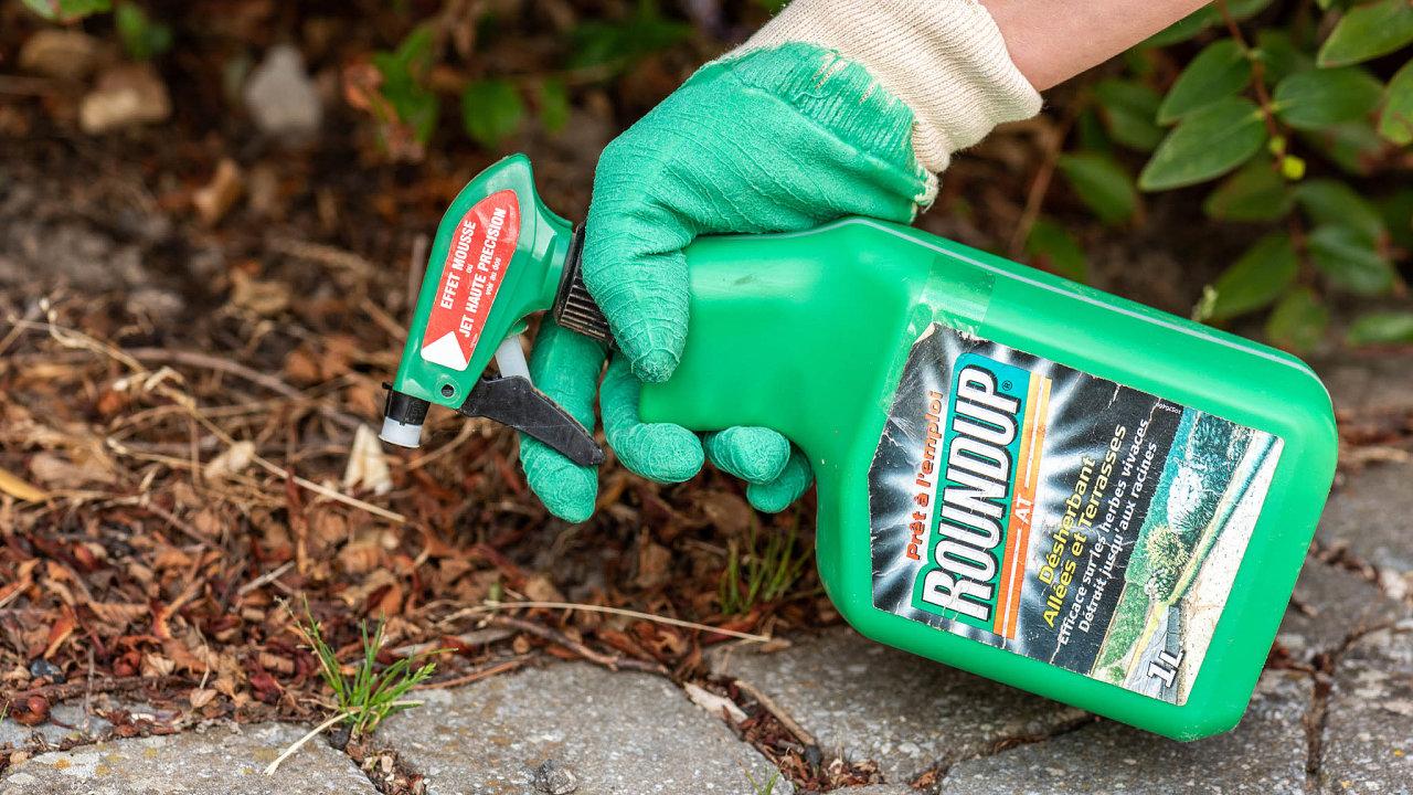 Společnost Bayer popírá tvrzení, že látka glyfosát, kterou její přípravek Roundup obsahuje, způsobuje rakovinu.
