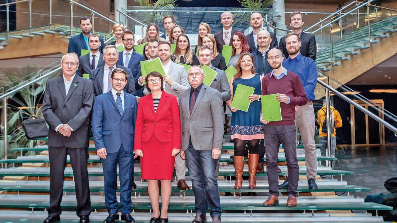 Skupinové foto zeslavnostního udílení certifikátů ECBL.