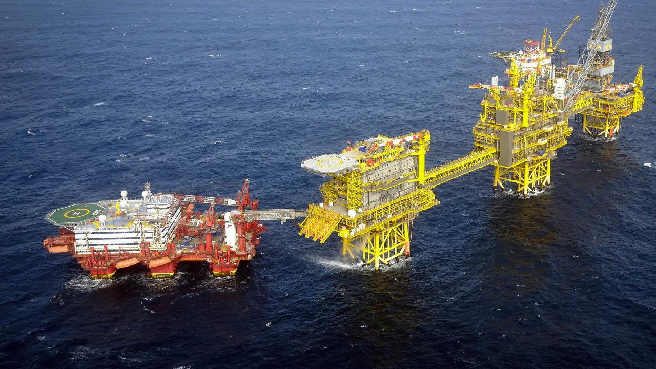 Nazemi inavodě: Francouzský koncern Total těží ropu izemní plyn. Těžní věže má například vSeverním moři upobřeží Skotska.