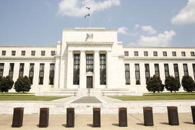 Kvůli negativním dopadům koronaviru na ekonomiku v úterý americká centrální banka (Fed) překvapivě snížila základní úrokovou sazbu o půl procentního bodu do pásma 1,00 až 1,25 procenta.