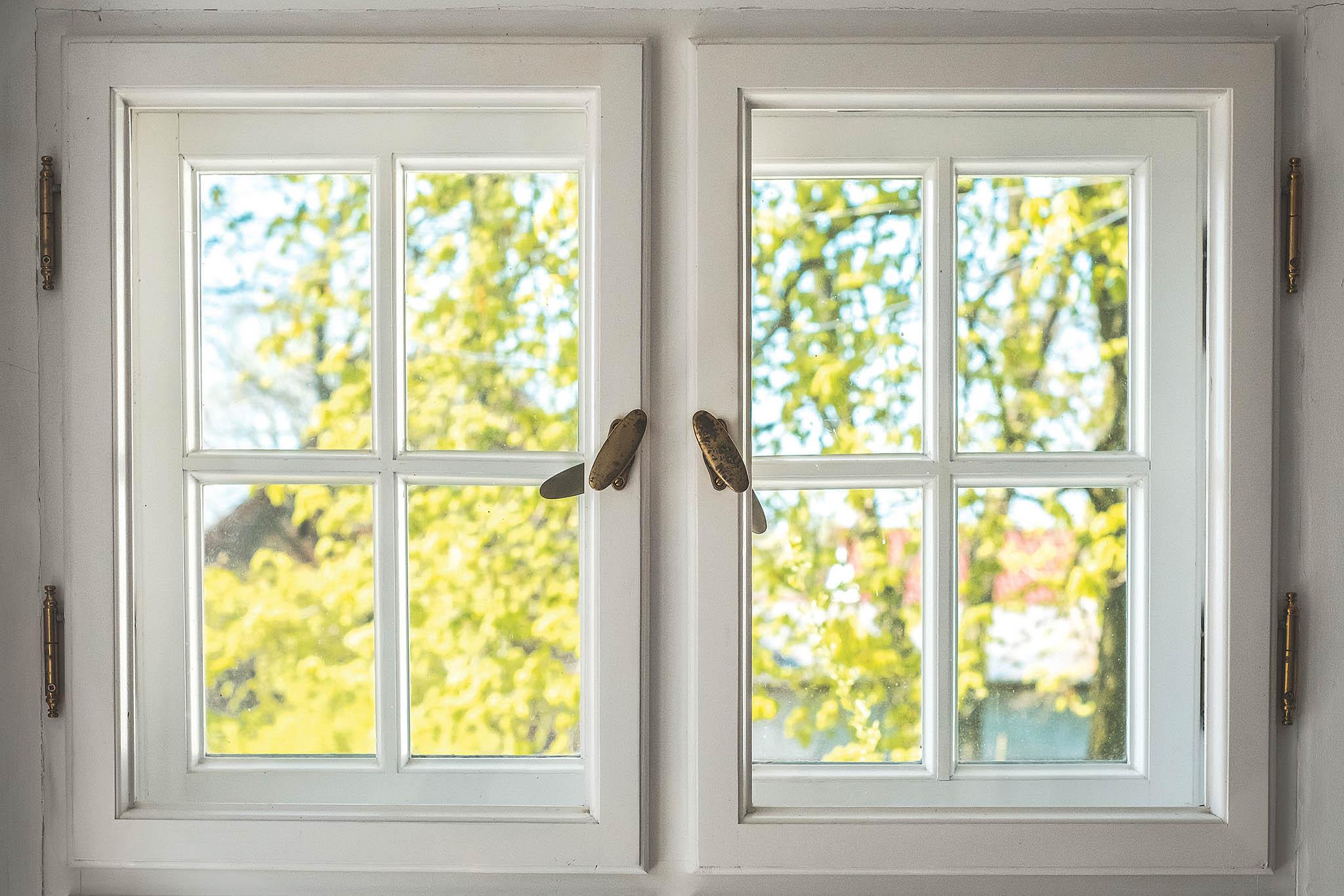 Uméně poškozených oken stačí jen vyspravení křídel, ujiných je zapotřebí vyměnit spodní část nebo icelý rám.