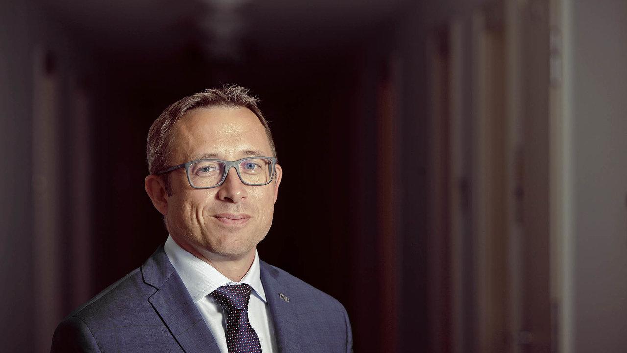 Holub je ekonomickou veřejností považován za erudovaného odborníka. V ČNB je už přes dvě dekády, léta vedl měnovou sekci a připravoval podklady pro rozhodování bankovní rady.