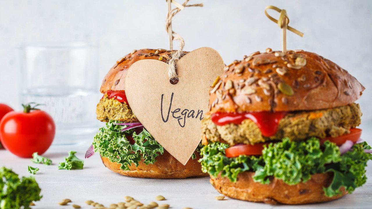 """Svým zákazníkům restaurace v USA stále častěji nabízí irůzné výrobky, jako jsou párky, """"kuřecí"""" či hamburgery rostlinného původu, které mají vypadat achutnat jako pravé maso."""