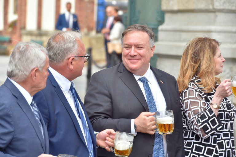 Americký ministr zahraničí Mike Pompeo ochutnává pivo v pivovaru Plzeňský Prazdroj, kde jednal 11. srpna 2020 s českým protějškem Tomášem Petříčkem. Zleva jsou americký velvyslanec v ČR Stephen B. Kin
