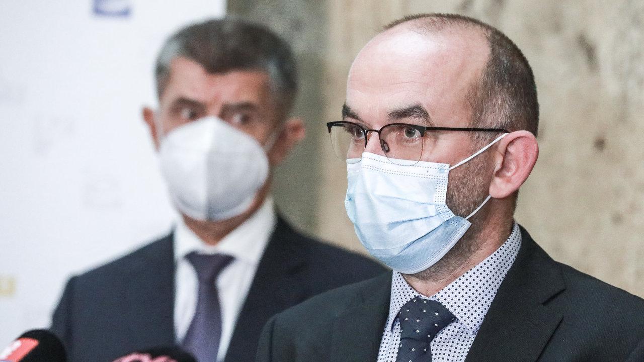 Vláda oznámila podrobnosti k návratu do škol a dalšímu rozvolnění, na snímku ministr zdravotnictví Jan Blatný s premiérem Andrejem Babišem.