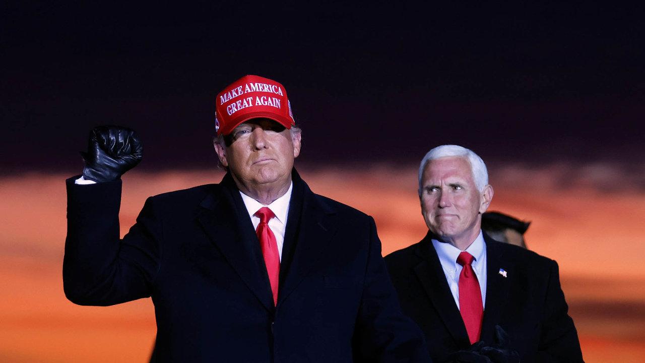 Spolu do voleb: Republikánský tandem doletošních prezidentských voleb, Donald Trump aMike Pence, během kampaně vTraverse City vestátě Michigan.