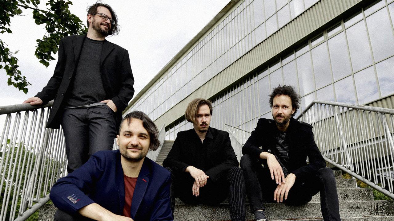 Květy vedené Martinem Kyšperským (vpravo) nyní charakterizuje poměrně konzervativní rockový zvuk.