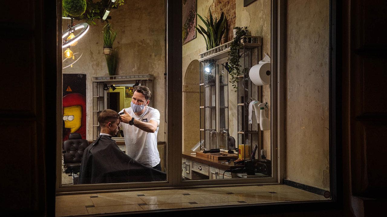 Kadeřnictví akosmetické salony tvrdě zasáhla krize provázející koronavirovou pandemii. Kvůli přísným opatřením proti šíření nákazy musely provozovny zavřít, řada podnikatelů ukončila živnost.
