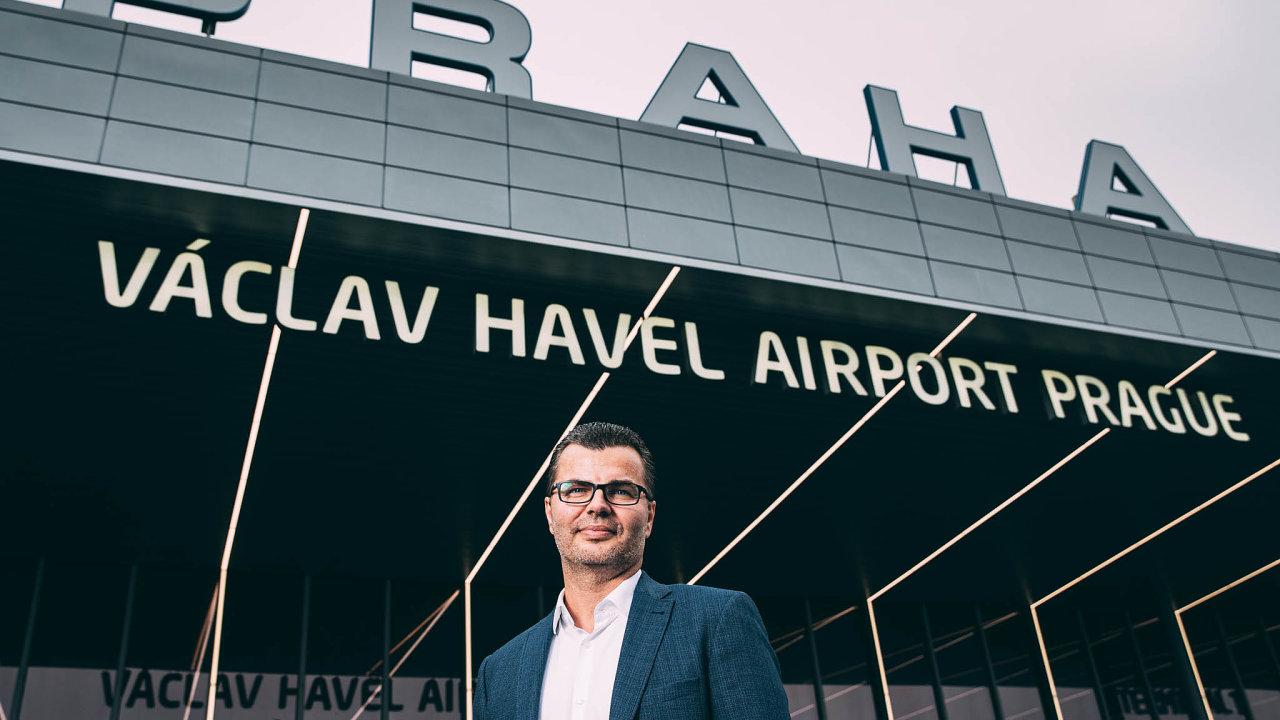 Před rokem řešil šéf pražského letiště Václav Řehoř problém, že mu letiště praskalo ve švech a hledal způsob, jak na něj dostat ještě více letadel. Teď má letiště skoro prázdné.