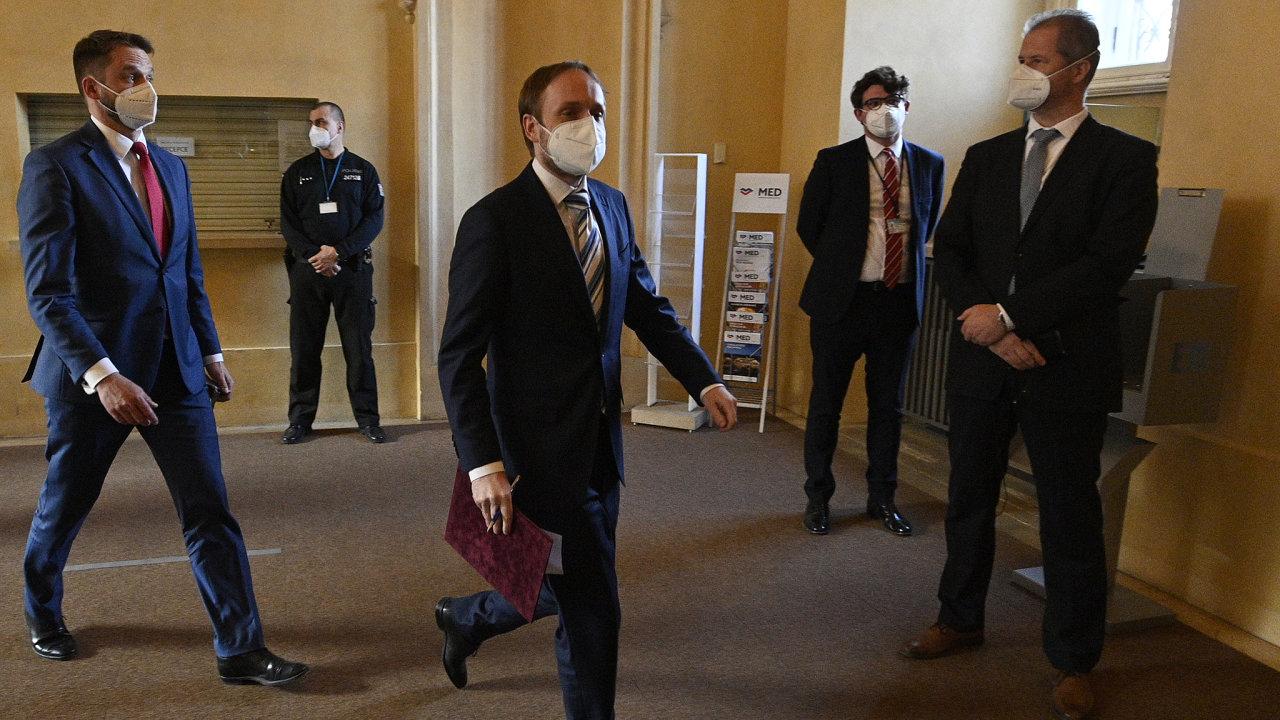 Briefing ministra zahraničí Jakuba Kulhánka (uprostřed) po jednání s ruským velvyslancem Alexandrem Zmejevským