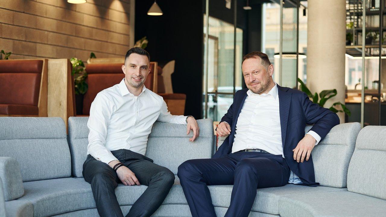 Šéf logistického start-upu DoDo Michal Menšík (vlevo) a byznysmen Zdeněk Šoustal zakládají venture studio na podporu start-upů.