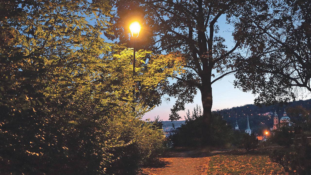 Chytré lampy svítí nacestu obyvatelům anávštěvníkům hlavního města například vChotkových sadech.