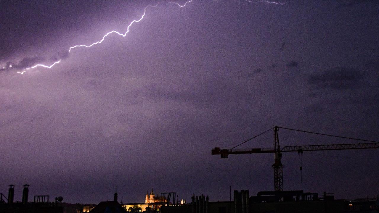Úterní bouřka v Praze.