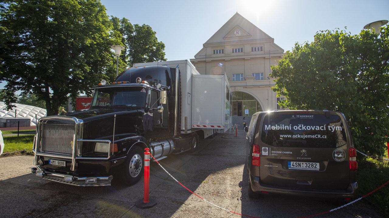 V Pardubicích 14. června 2021 začali v kamionu očkovat proti nemoci covid-19. Urychlí tak vakcinaci zájemců, kteří se přihlásili do očkovacího centra v sále Jana Kašpara na krajském úřadě.