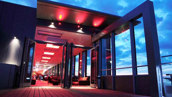 Barman Jan Martiník z Cloud 9 Sky Baru & Longue hotelu Hilton přináší originální tipy na míchané nápoje, jejichž základem je šampaňské.