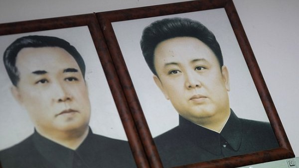 Kim Ir sen a Kim Čong-il (vpravo)