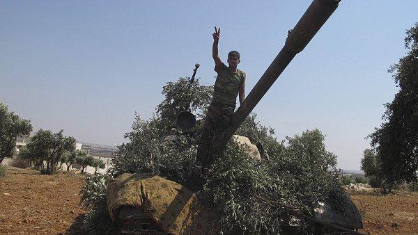 Povstalec na jednom z tanků ukořistěných Asadově armádě