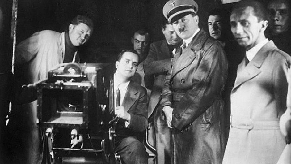 Hitler a Goebbels ve filmových studiích UFA v Berlíně roku 1935.