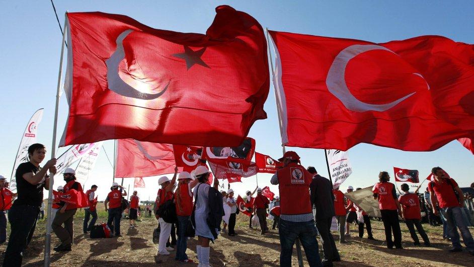 Protestující s tureckými vlajkami před soudem v Silivri