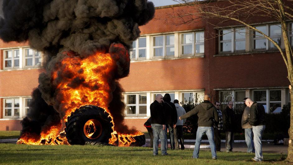 Protest před francouzskou továrnou amerického výrobce pneumatik Goodyear
