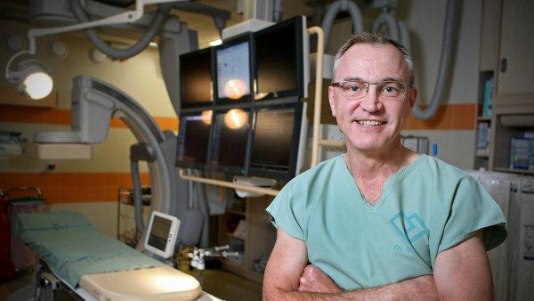 """Kardiolog Josef Veselka se po příchodu do práce rázem stává """"profesorem Veselkou""""."""