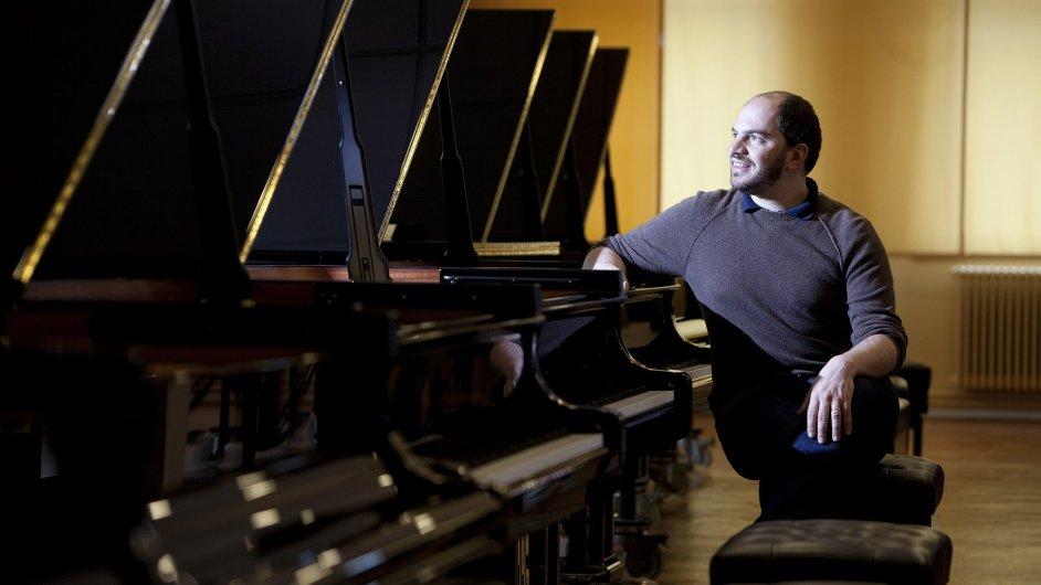 Koncertní křídlo značky Steinway České filharmonii vybral v Hamburku klavírista Kirill Gerstein.