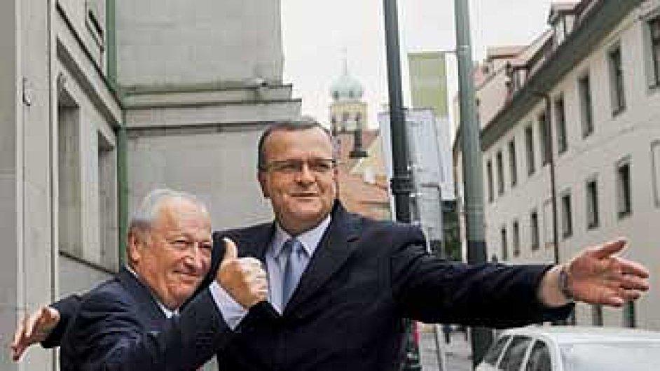Bývalý ministr financí Eduard Janota (vlevo) uvedl 13. července v Praze do funkce svého nástupce Miroslava Kalouska.