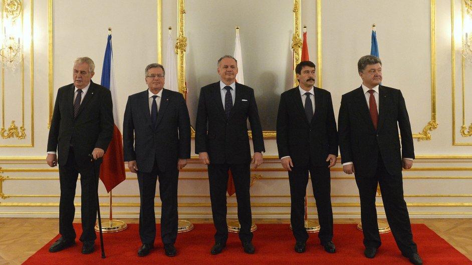 Hlavy států visegrádské čtyřky a Ukrajiny během společného setkání v Bratislavě