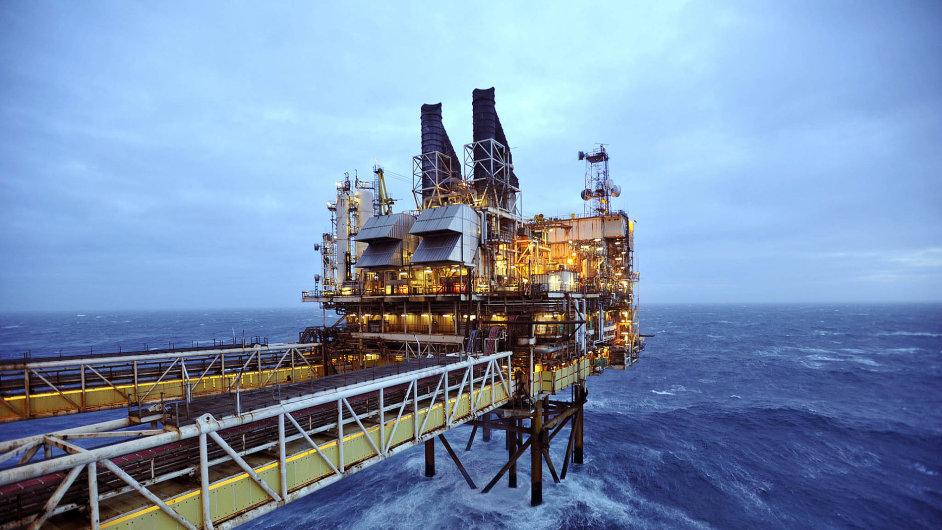 Těžba ropy v Severním moři je stále nákladnější a nepřináší očekávané zisky. Koncern BP ji v této oblasti omezuje. Na snímku je jeho plošina asi 160 kilometrů východně od skotského Aberdeenu.