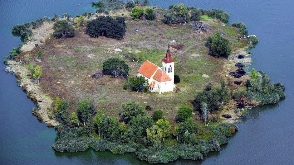 Letecký pohled na kostel svatého Linharta. Ten stojí na ostrově uprostřed druhé nádrže Nové Mlýny u Ivaně na Brněnsku po zatopené obci Mušov.