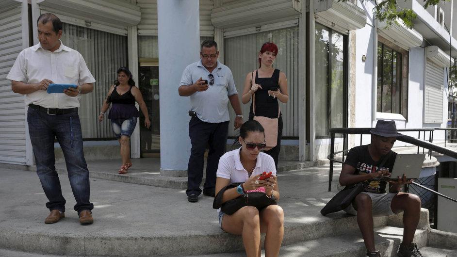V polední pauze. Obyvatelé Havany zkoušejí na ulici wi-fi.