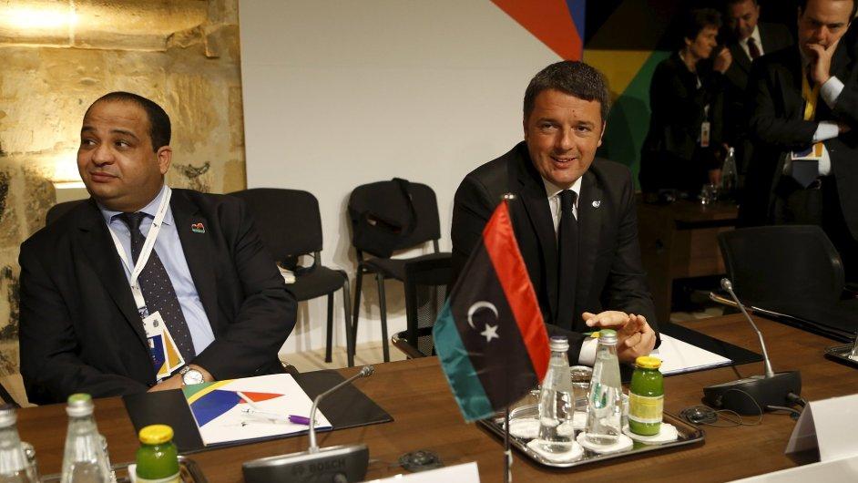 Italský premiér Matteo Renzi (vpravo) a libyjský předseda vlády Abdourhman Alahirish na summitu ve Vallettě.