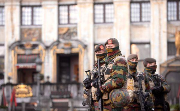 Voj_ci a policist_ hl_dkuj_ v pond?l_ 23. listopadu v centru Bruselu. V belgick_ metropoli u_ t?et_ den kv?li mo_n_ teroristick_ hrozb? plat_ nejvy___ stupe? bezpe?nostn_ch opat?en_.