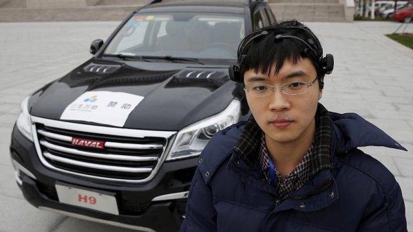 Vědec Čang Čao má na hlavě připevněné senzory, díky kterým myšlenkou ovládá auto.