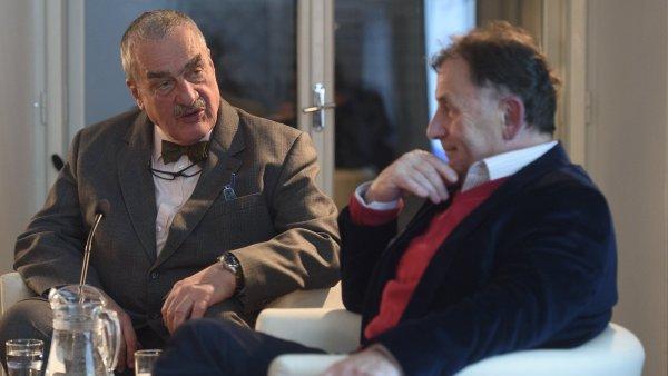 Výkonný ředitel Knihovny Václava Havla Michael Žantovský (vpravo) a jeden ze zakladatelů knihovny Karel Schwarzenberg na středečním představení projektu Havel@80.