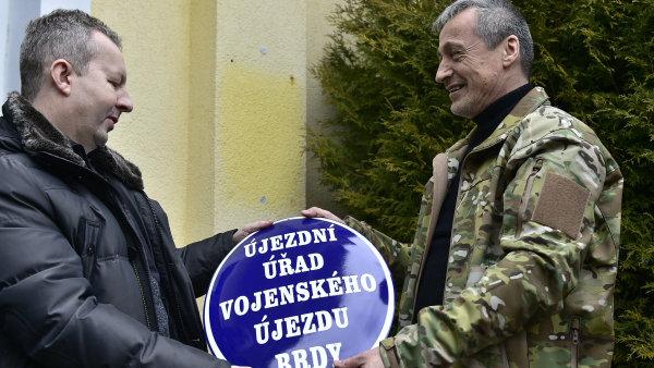 Ministr obrany Martin Stropnick� a ministr �ivotn�ho prost�ed� Richard Brabec symbolicky p�ed�vaj� vojensk� �jezd Brdy pod spr�vu CHKO.