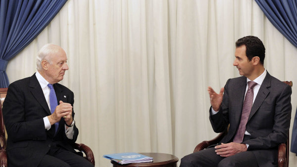 Syrsk� prezident Ba��r Asad (vpravo) jedn� se zvl�tn�m zmocn�ncem Staffanem de Misturou (archivn� sn�mek z roku 2014).