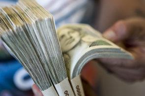 Průměrná mzda poprvé překonala 30 tisíc korun.
