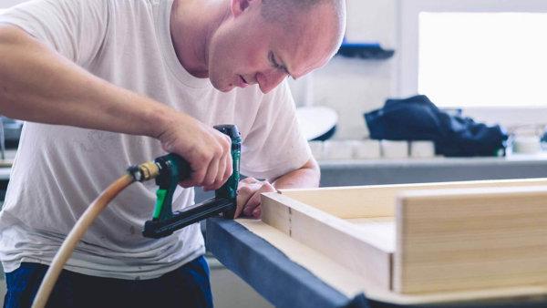 Rodinná firma Polstrin z Hradce Králové hledá ke stávajícím 24 zaměstnancům ve výrobě jednu švadlenu a jednoho čalouníka.