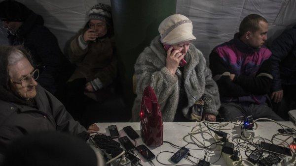 Elektřina pro nabití telefonu je součástí humanitární pomoci v ukrajinské Avdijivce.