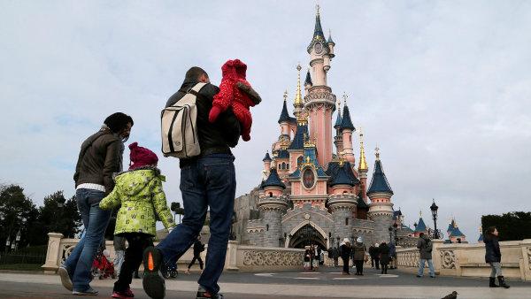 Společnost Walt Disney kromě produkce filmů provozuje po celém světě také zábavní parky. Na obrázku je Disneyland v Paříži.