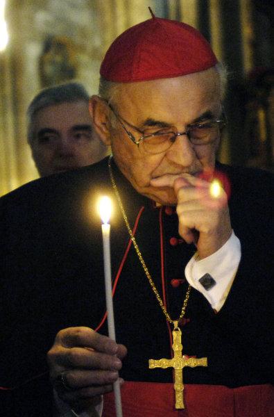 Kardinál Miloslav Vlk přinesl 22. prosince do katedrály svatého Víta v Praze betlémské světlo společně se skauty