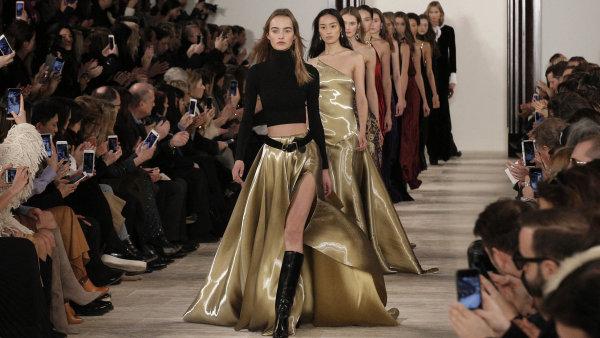 Modelky předvádějí kolekci firmy Ralph Lauren.
