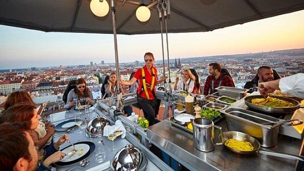 Gastronomická událost Večeře v oblacích se pořádá ve 40 zemích světa. V září se vrátila do Prahy.