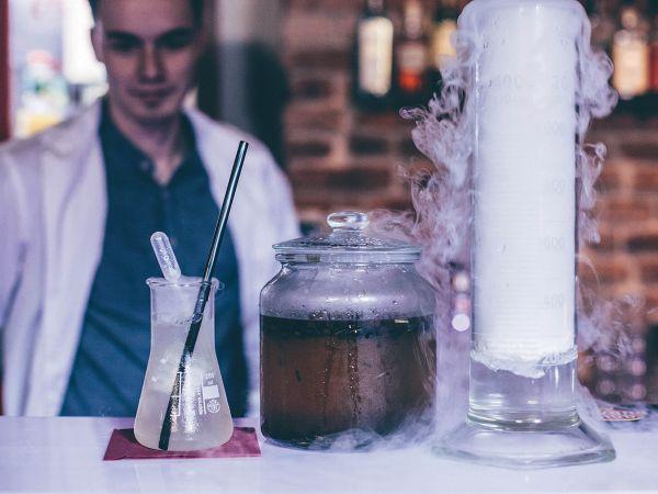 Vynálezci chemického osvětlení Denis Havlena a Jakub Špaček ve svém baru připravují koktejly z netradičního alkoholu i domácích sirupů.
